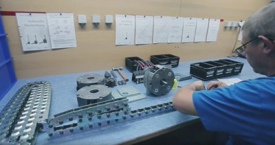 Video clip showing Grob linear chain in various sizes